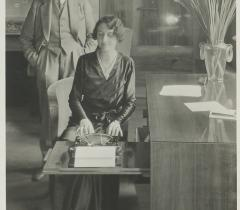 Simone et André Maurois en 1931 dans leur appartement de Neuilly-sur-Seine, 86 boulevard Maurice Barrès. Ms 8505