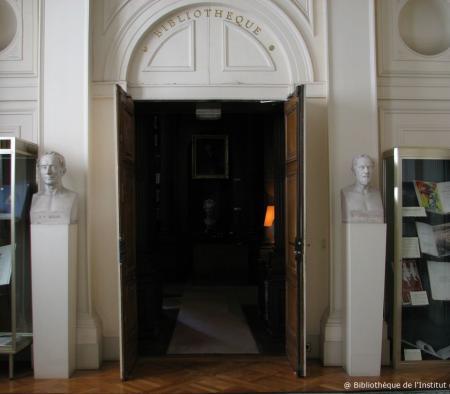 Vue de la porte d'entrée de la Bibliothèque de l'Institut de France